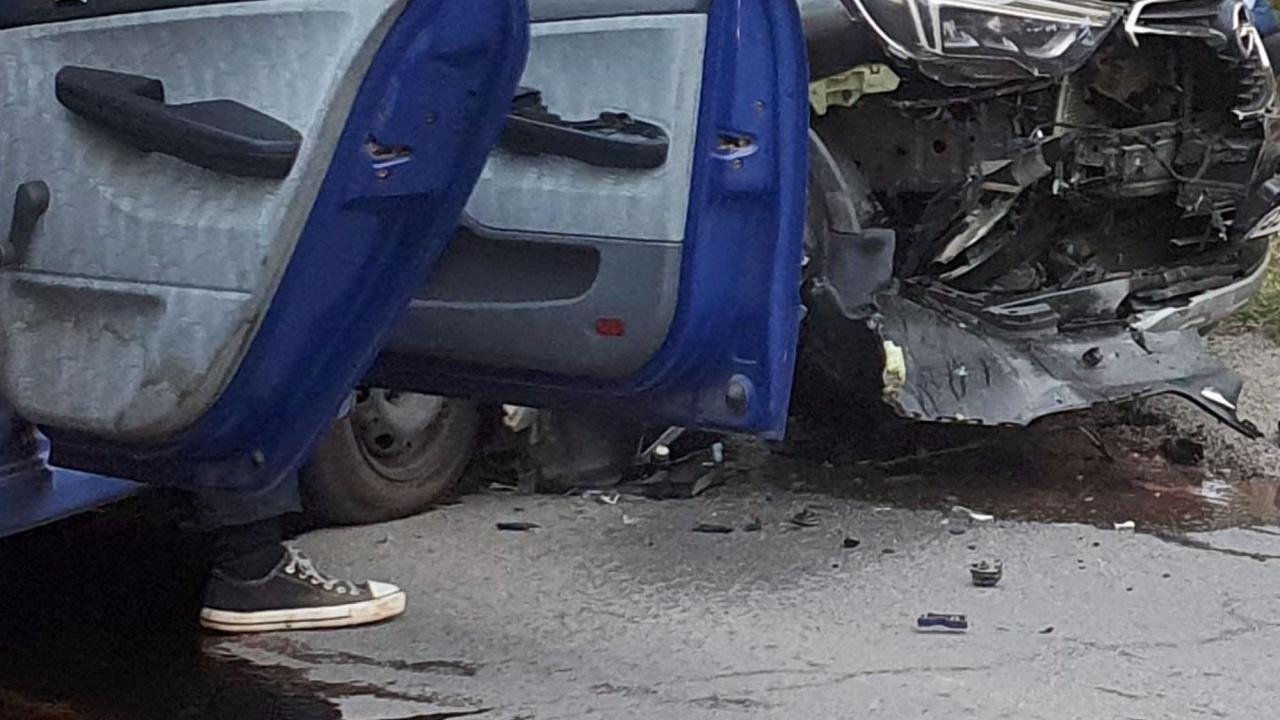 Петима души, сред които две деца, са в болница след жестока катастрофа