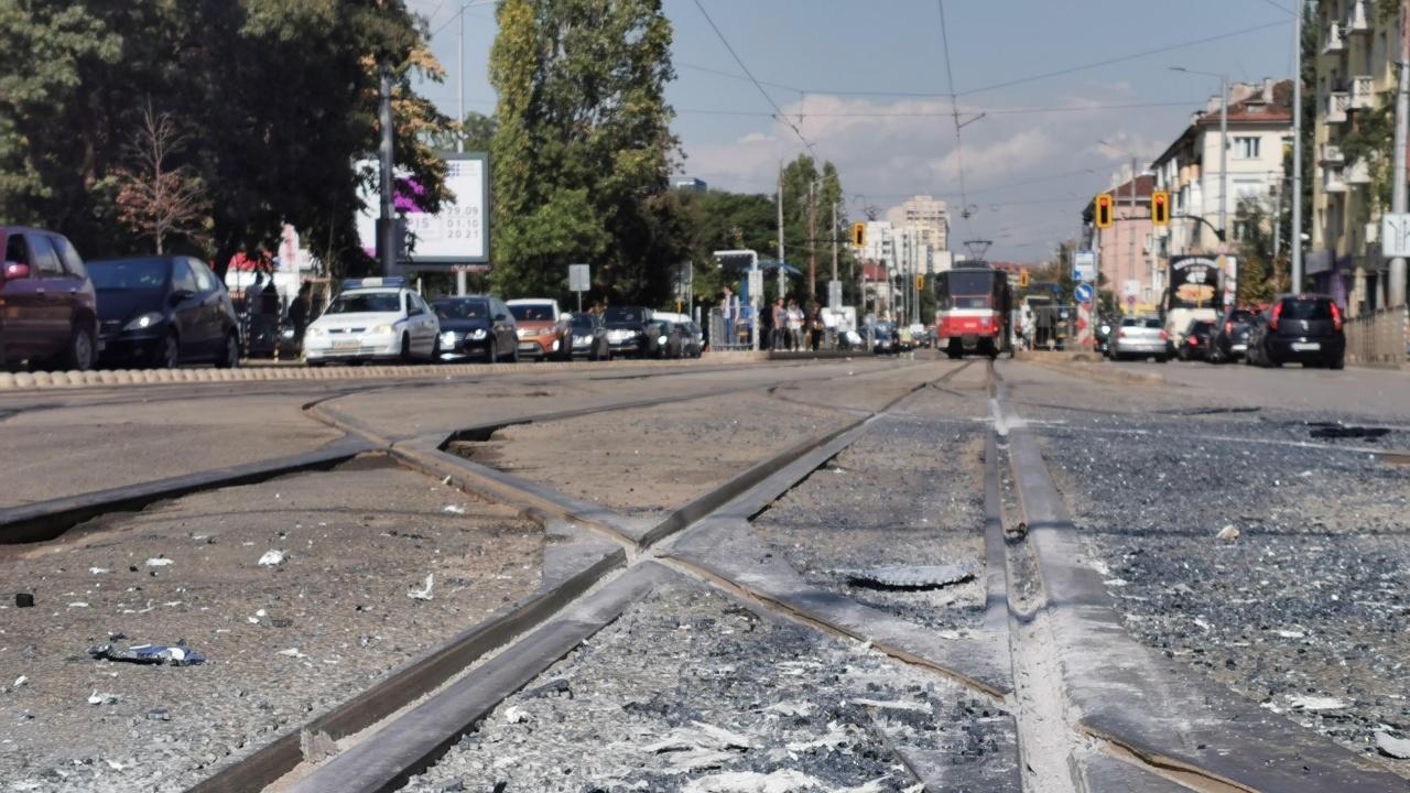 Трамвай и автобус се блъснаха в София, има ранени