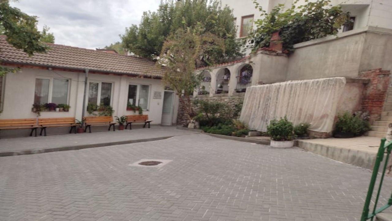 """Ремонтиран изцяло е дворът на НЧ """"Св. преп. П. Хилендарски"""" в Асеновград"""