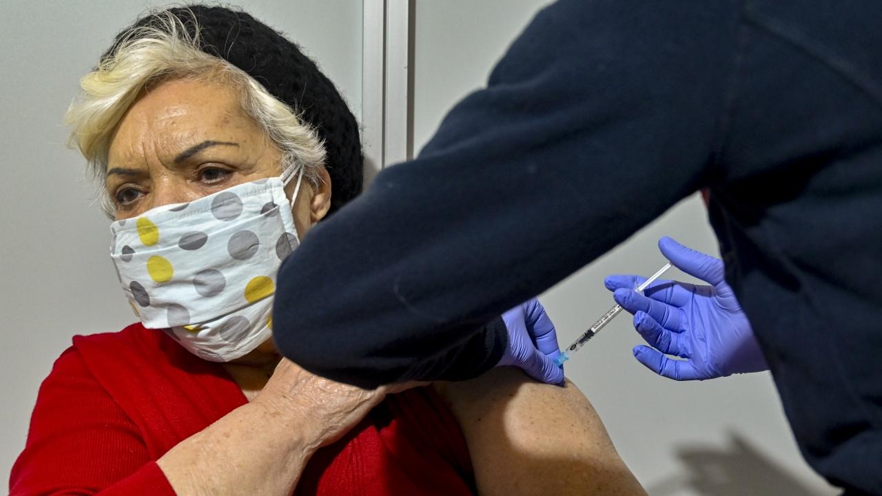 В Гърция започват прилагането на бустерна доза на възрастните и болните хора