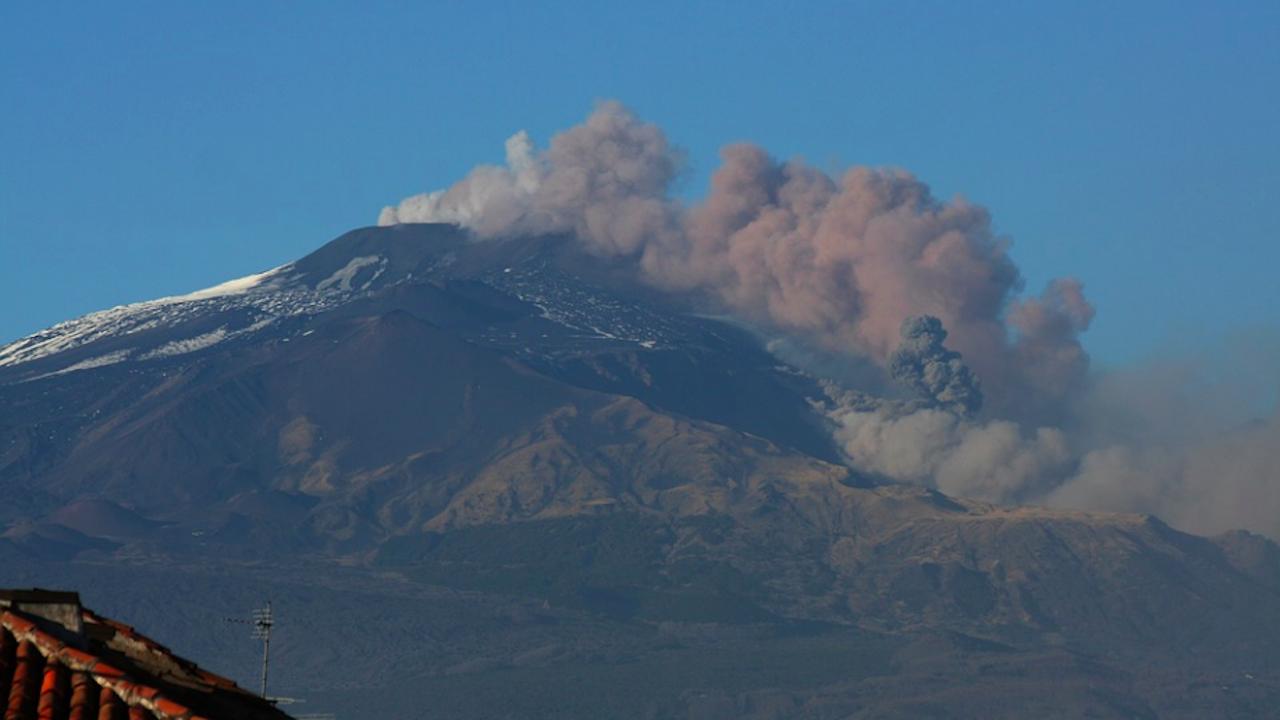 Вулканът Етна в Сицилия отново изригна след седмици на затишие
