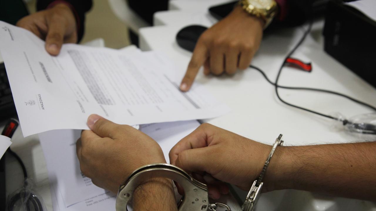 Повдигнаха обвинение на инспектора от НАП, заловен с подкуп