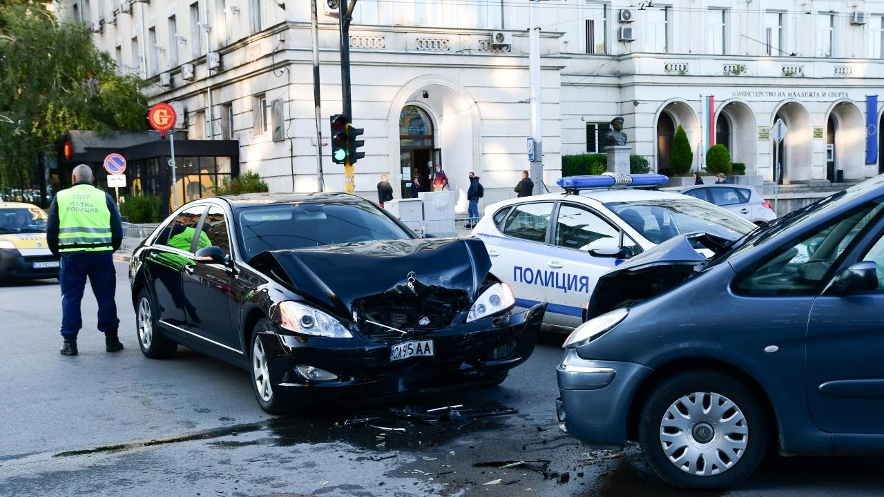 Автомобил на НСО катастрофира челно