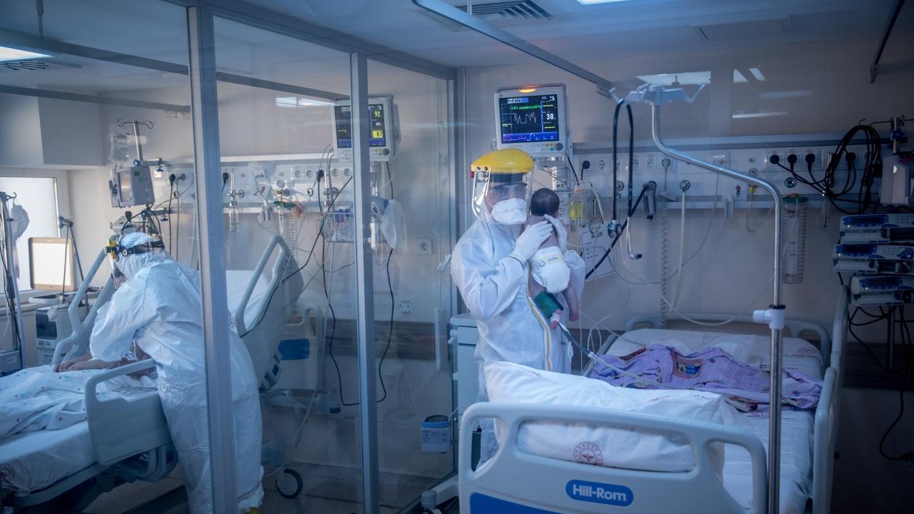 Новородено бебе е прието в интензивно отделение заради COVID-19
