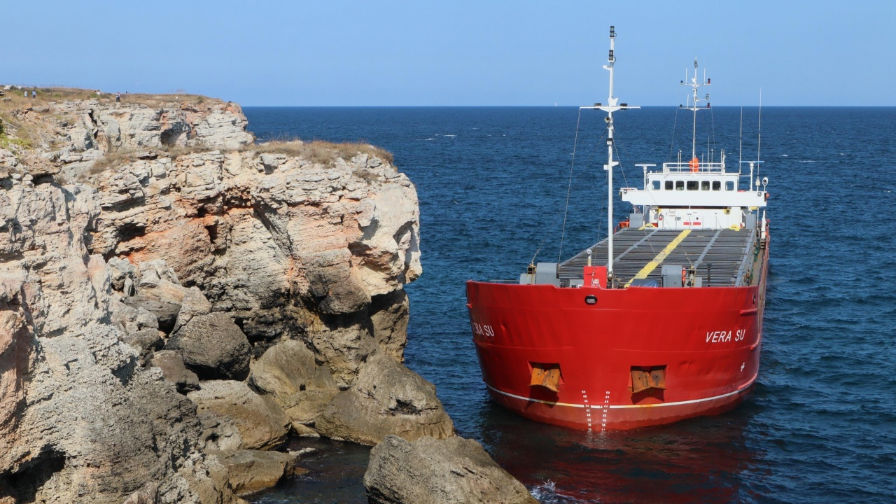 Разтоварват заседналия край Камен бряг кораб