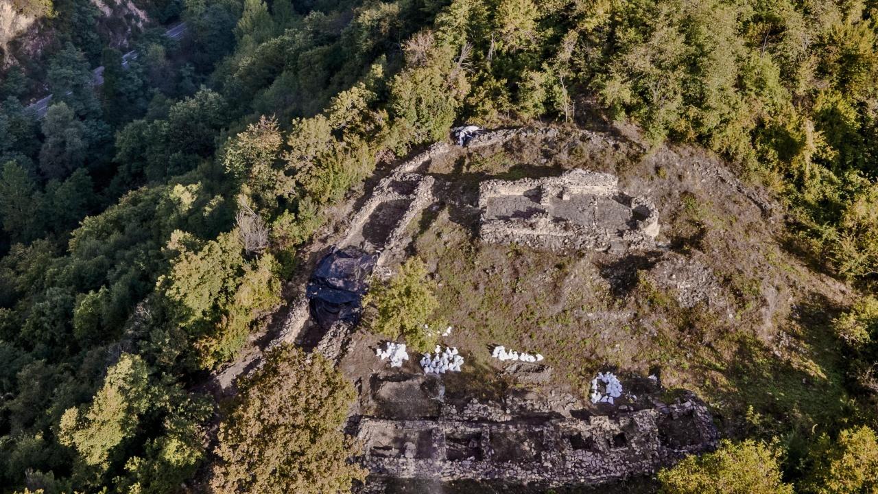 Зазидани в стената човешки останки откриха археолозите при разкопките на средновековния манастир Кокалянски Урвич