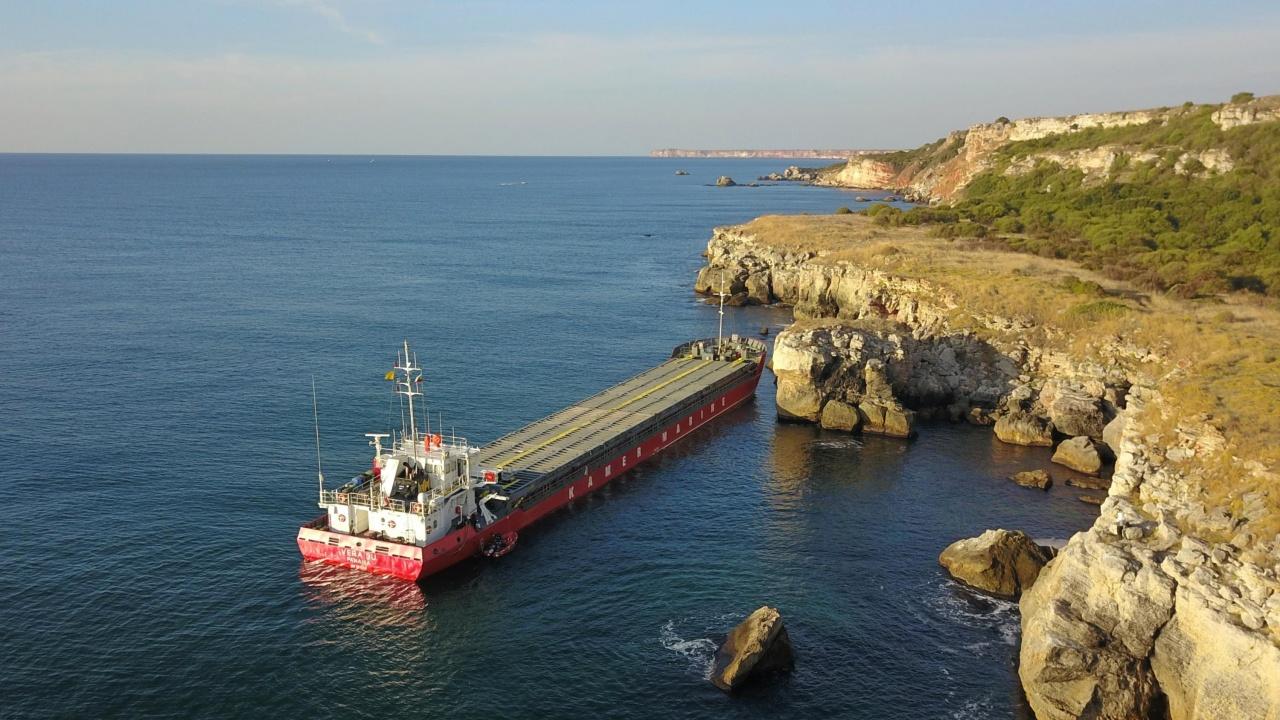 Заседналият кораб край Камен бряг се е наклонил