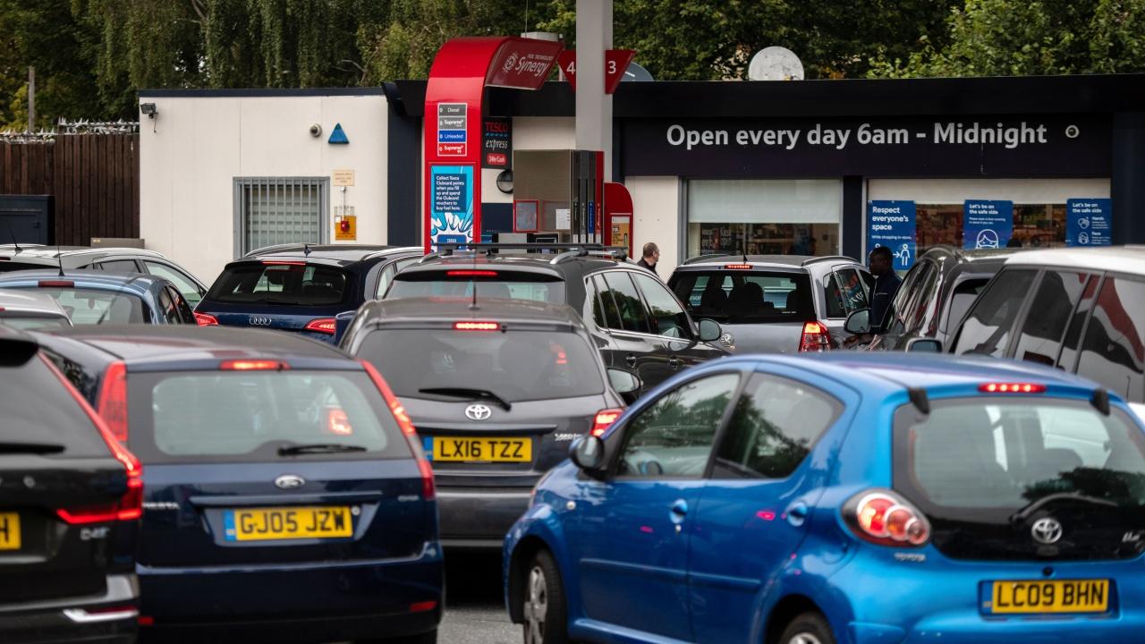 Големи опашки по бензиностанциите във Великобритания заради недостига на шофьори
