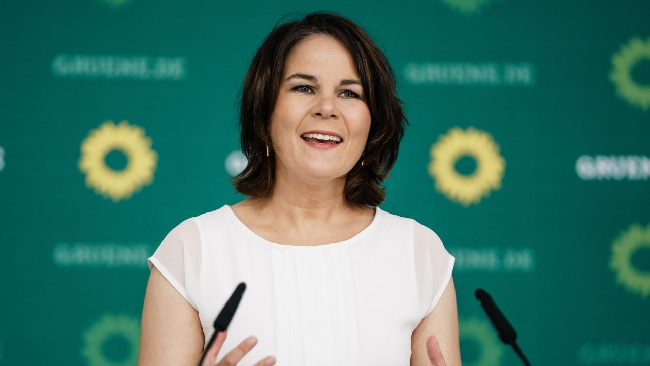 """Аналена Бербок похвали """"историческия"""" успех на зелените на изборите в Германия"""