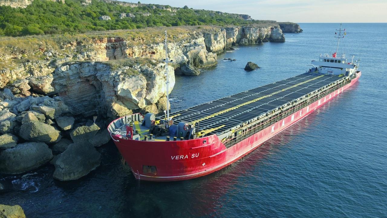 Заседналият кораб край Камен бряг все още е в скалите