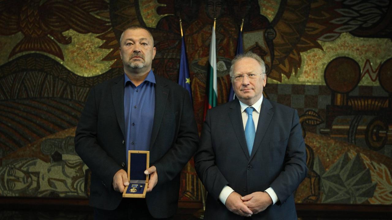 Министър Стоев награди наш сънародник за помощта му при евакуацията на български и афганистански граждани от Афганистан