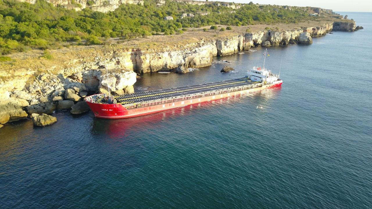 От заседналия кораб: Торовете се изсипват в морето