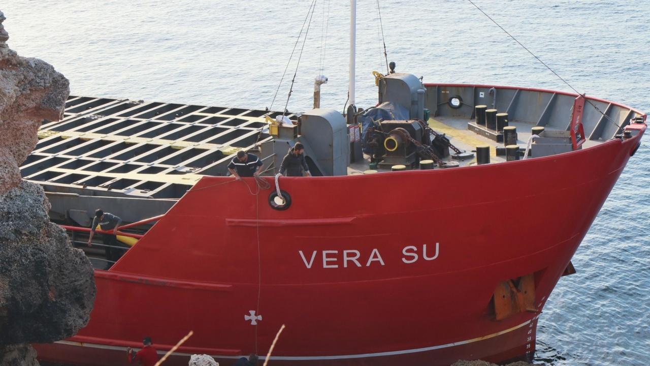 Адвокат за заседналия кораб: Трябва да бъде задържан, а капитанът му - арестуван