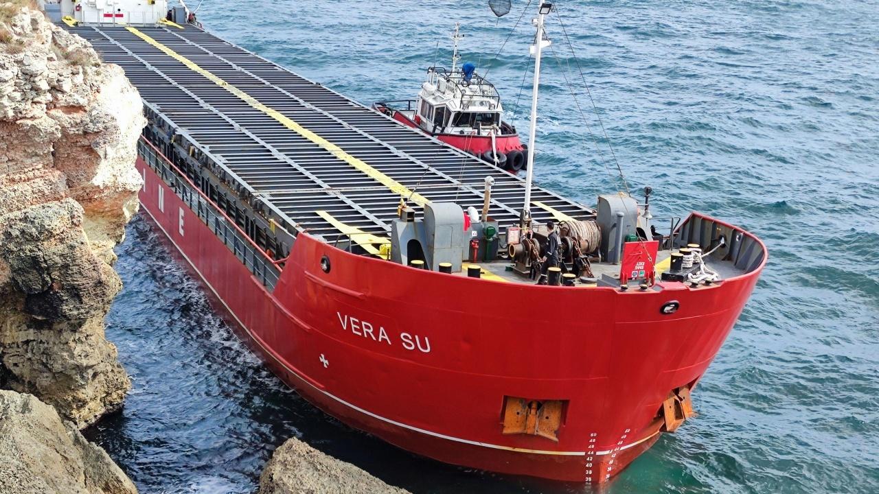 Лошото време спира работата по изтеглянето на заседналия кораб