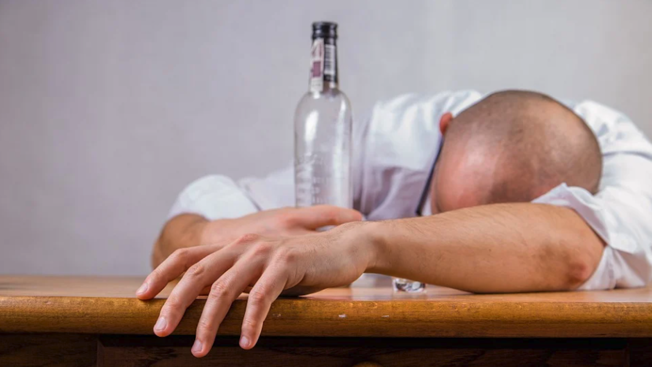 Турчин умря от фалшив алкохол, купен с пари менте