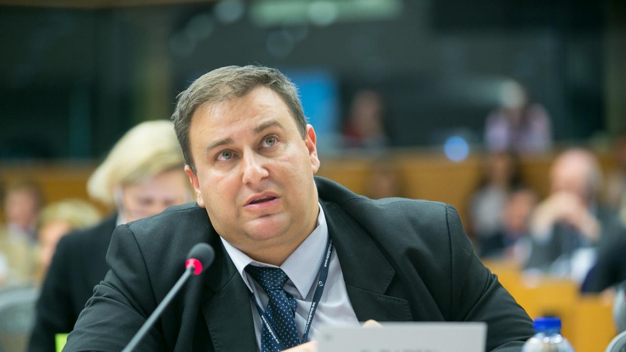 Евродепутатът Емил Радев към ЕК: Каква помощ може да се окаже на България за справяне с кризата заради заседналия кораб?