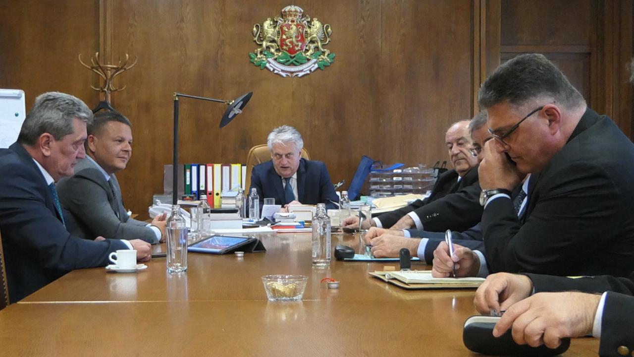 Петима министри бистриха ситуацията със заседналия кораб