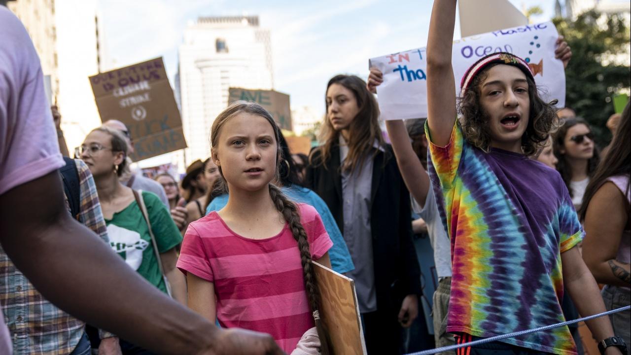 Младежи излязоха в Милано на шествие за климата, водени от Грета Тунберг