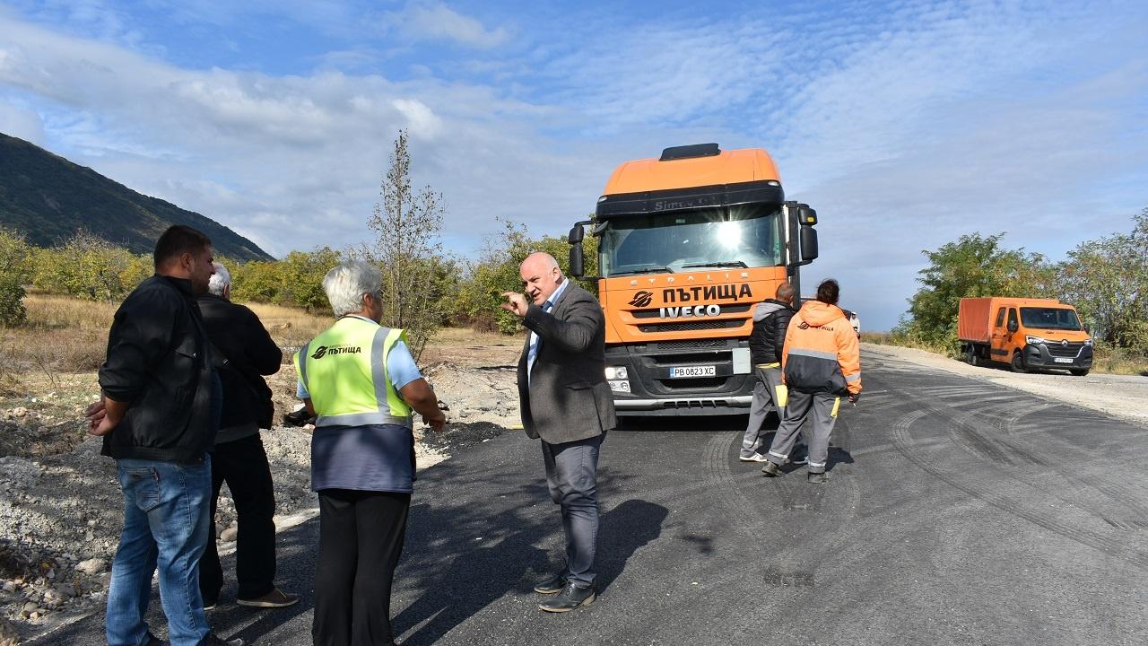 Зам.-кметът по строителството в Асеновград провери изпълнението на ремонта по пътя за Кърджали