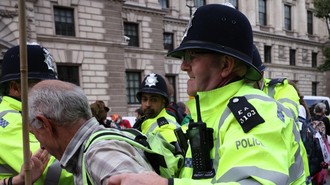 """Британската полиция арестува 13 екоактивисти, блокирали към летище """"Хийтроу"""""""