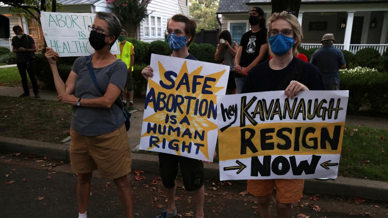 Жени манифестират пред Върховния съд на САЩ за правото на аборт