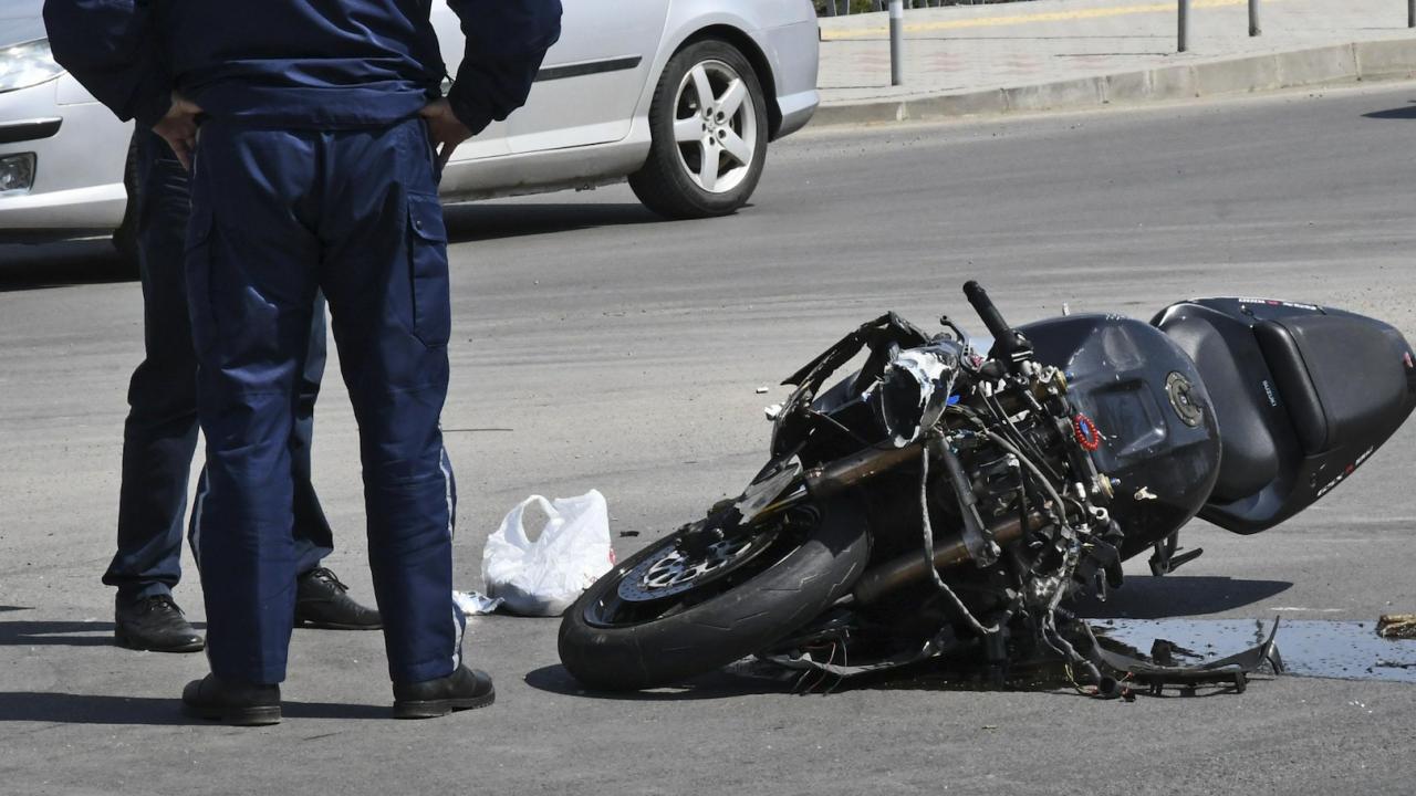 20-годишен моторист се удари в комбайн и загина на място