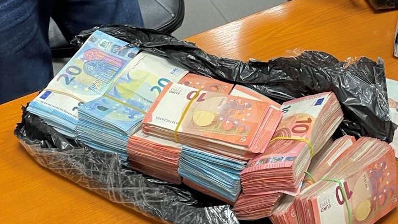 Скътаха недекларирана валута във въздуховодите на автобус