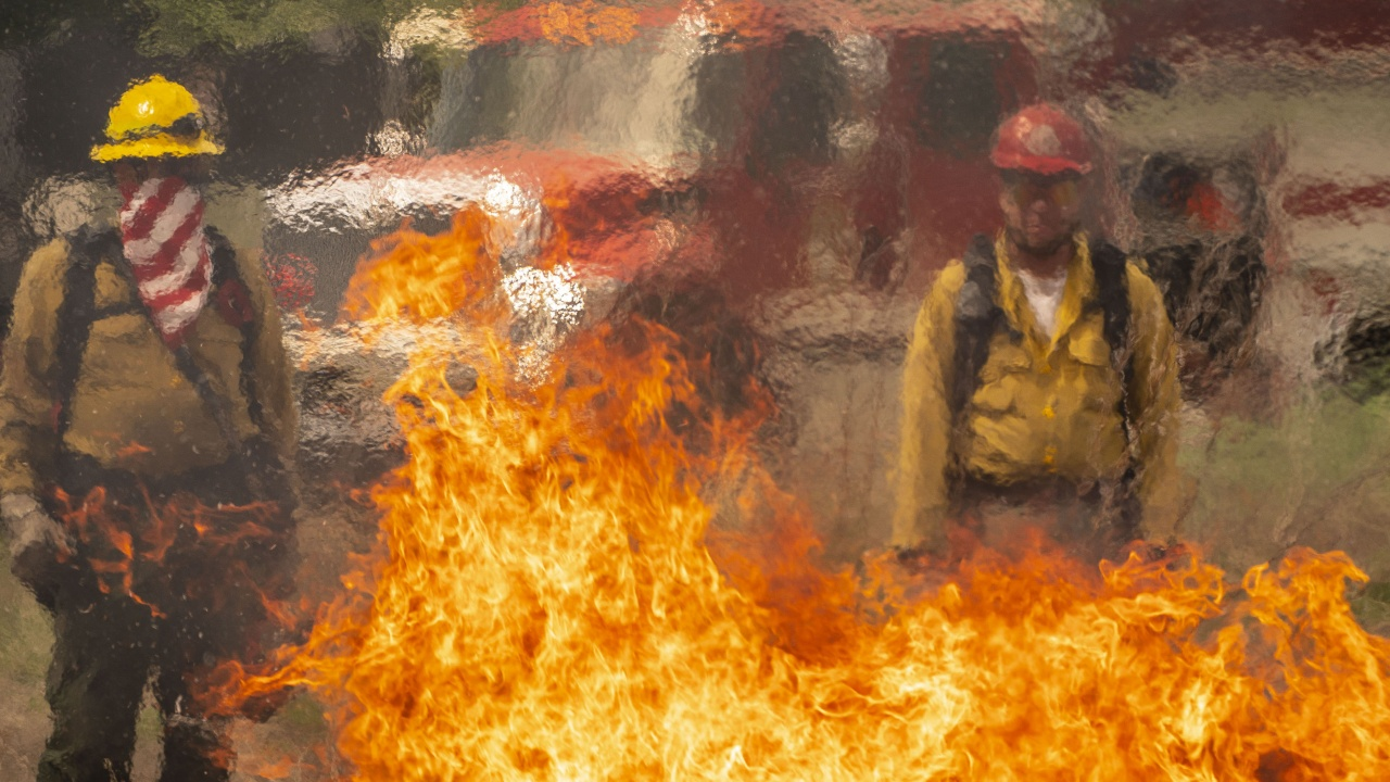 Огнеборци гасят пожар близо до парламента в Лондон