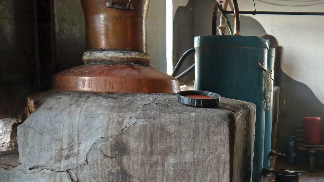 Казан за варене на ракия и 82 литра алкохол са иззети от полицията в Кнежа