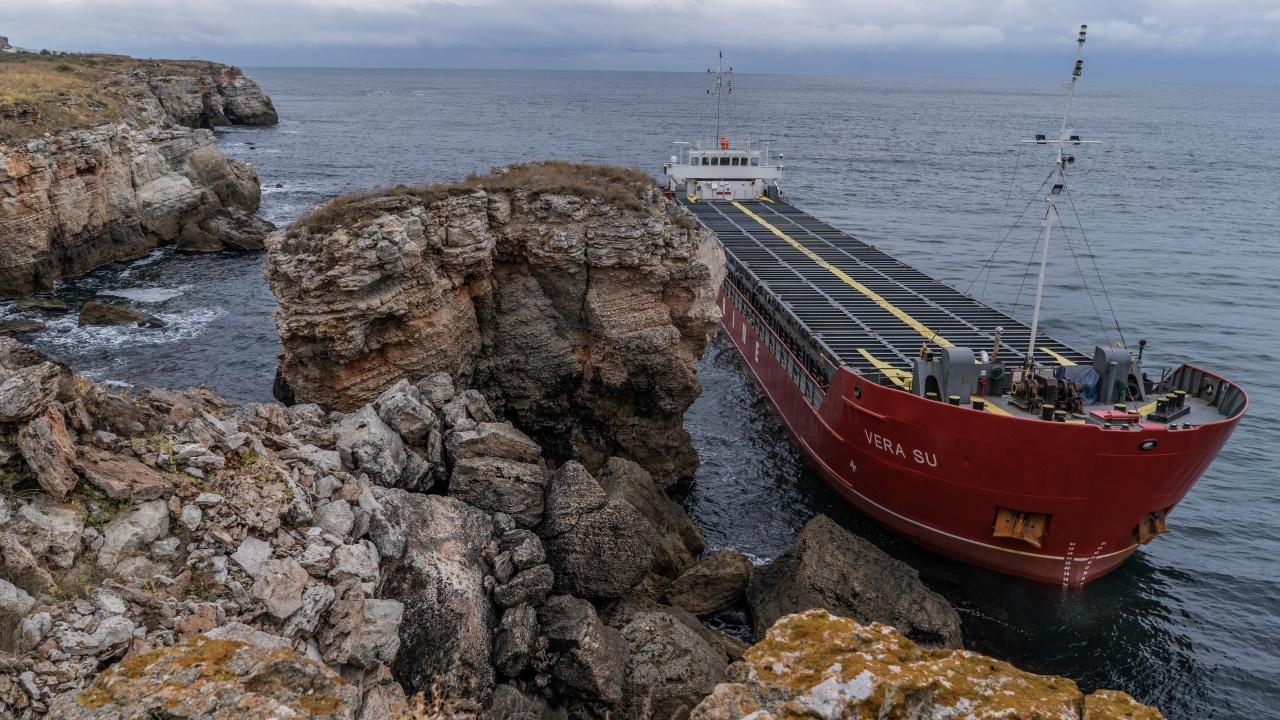 """Евакуираха моряци от """"Вера Су"""", екипажът няма да бъде задържан"""