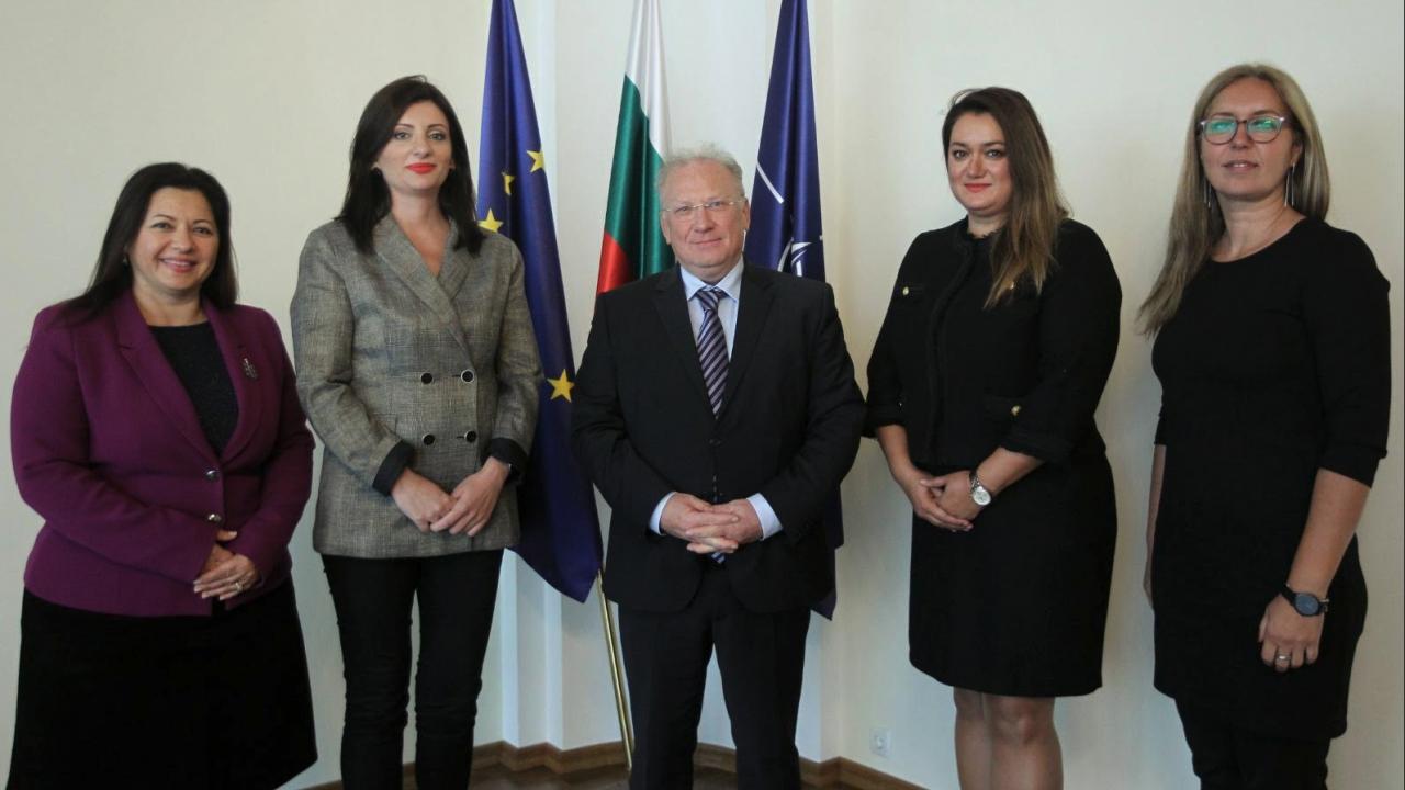 Министър Светлан Стоев прие делегация на Националната художествена галерия в Скопие