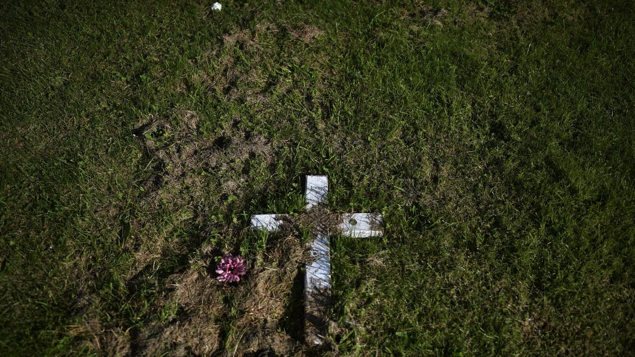 """Салвадорски семейства получиха тленните останки на свои близки, открити в """"къща на ужасите"""""""