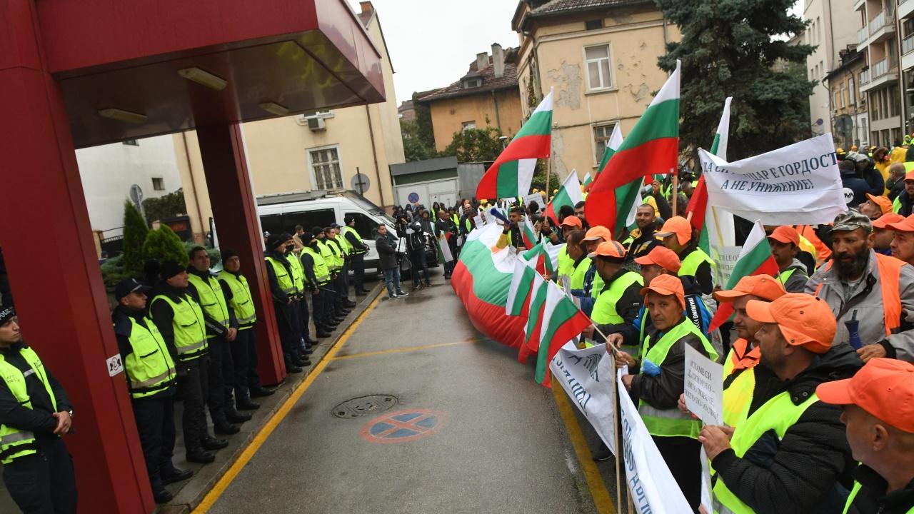 """Голям протест на служители от сектор """"пътища"""", засилено е полицейското присъствие"""