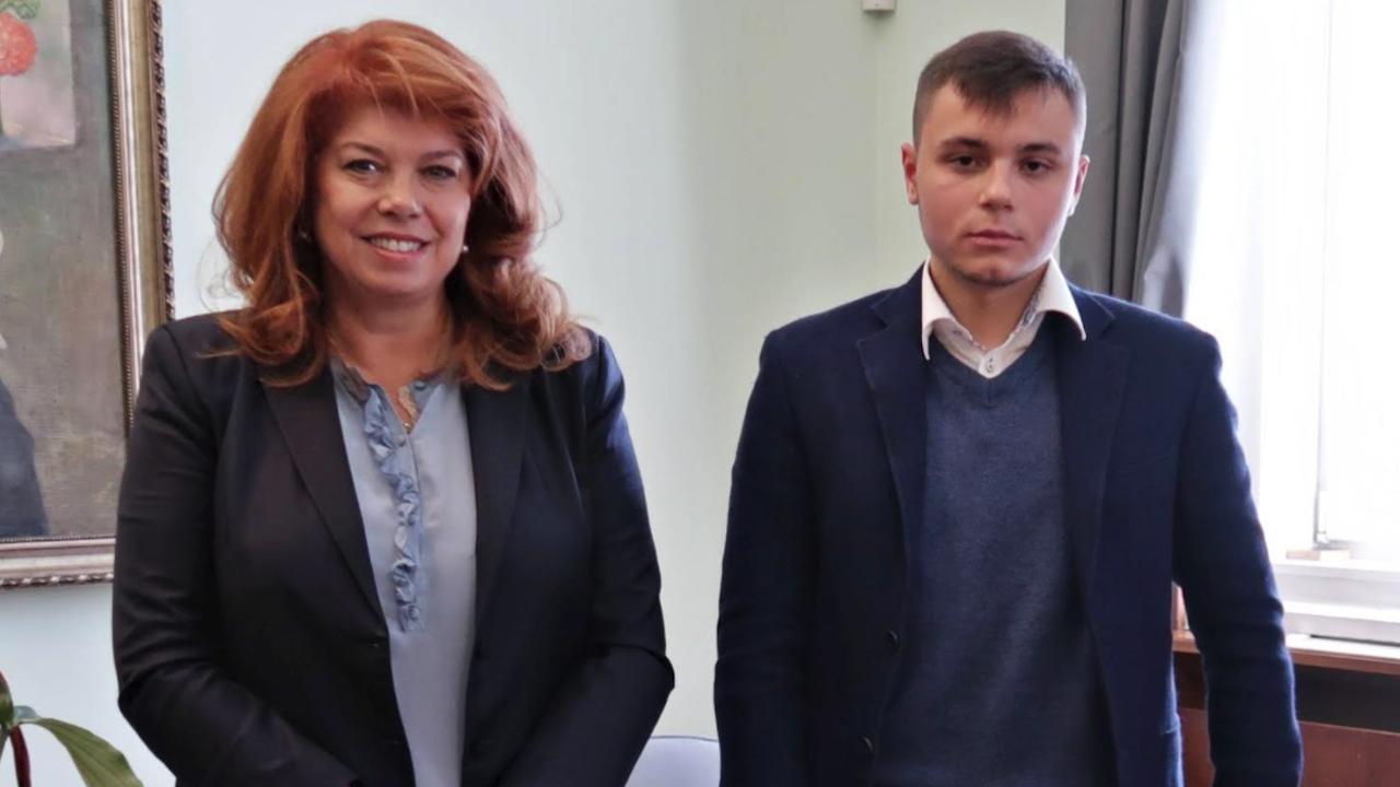 Ученик предостави на вицепрезидента софтуерни приложения за български език