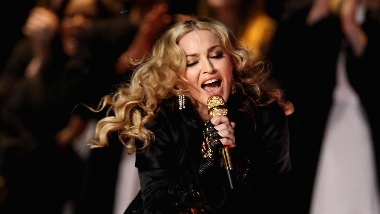 Мадона смути Джими Фалън - легна на бюрото му в предизвикателна поза