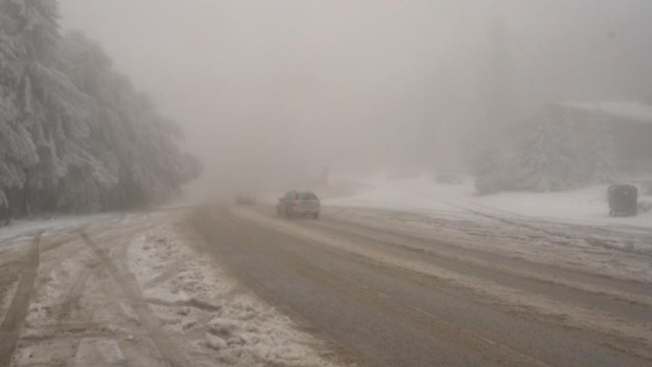 """Първи сняг на """"Петрохан"""" изненада шофьорите"""