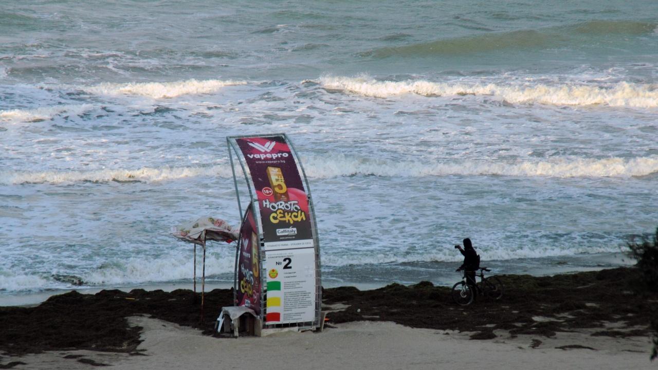 Бурното море унищожи плажа в Крайморие