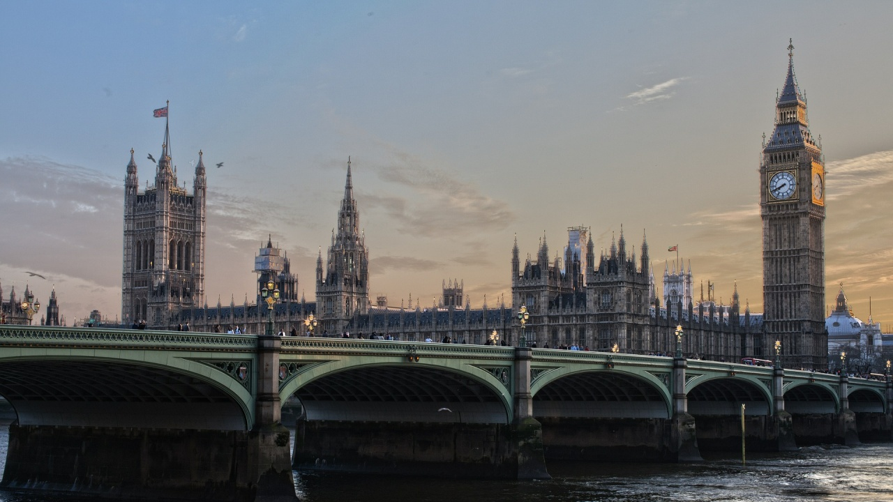 """Великобритания намалява драстично """"червения списък"""" за пътуване"""