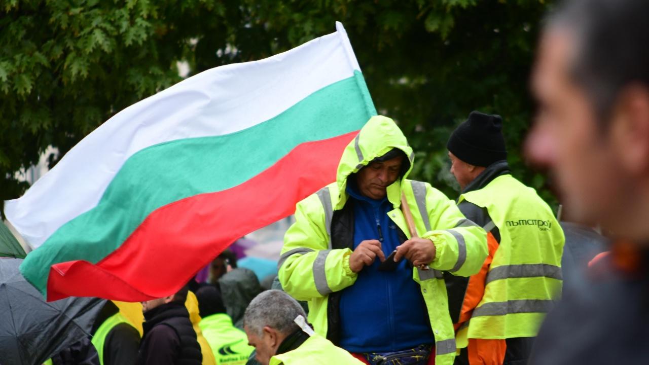 Протест на пътни строители в София. Тежка техника затапи жълтите павета