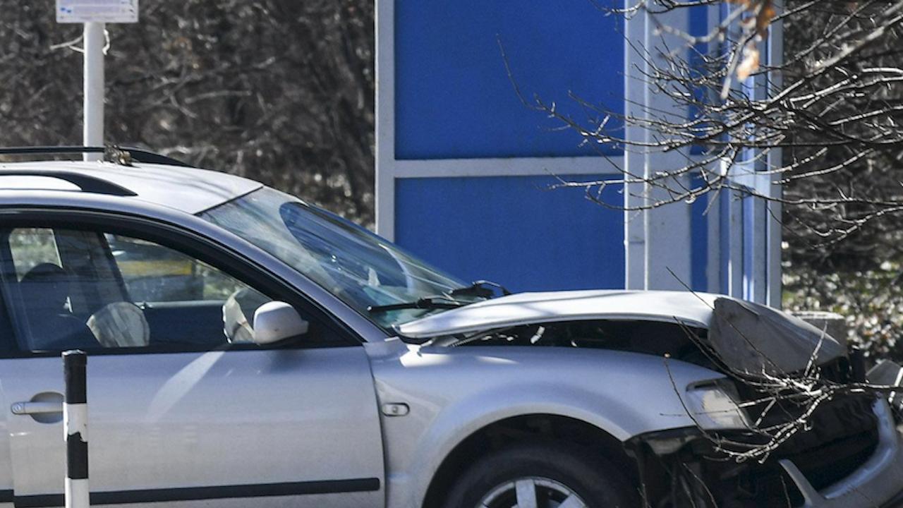 Кола се вряза в спирка в Пловдив