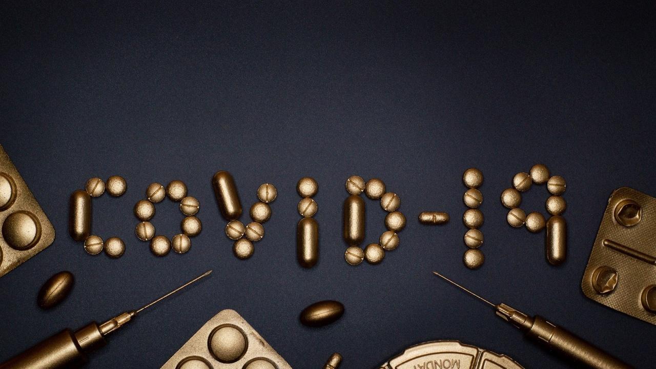 Лекарствен коктейл с антитела на AstraZeneca намалява тежко COVID заболяване или смърт