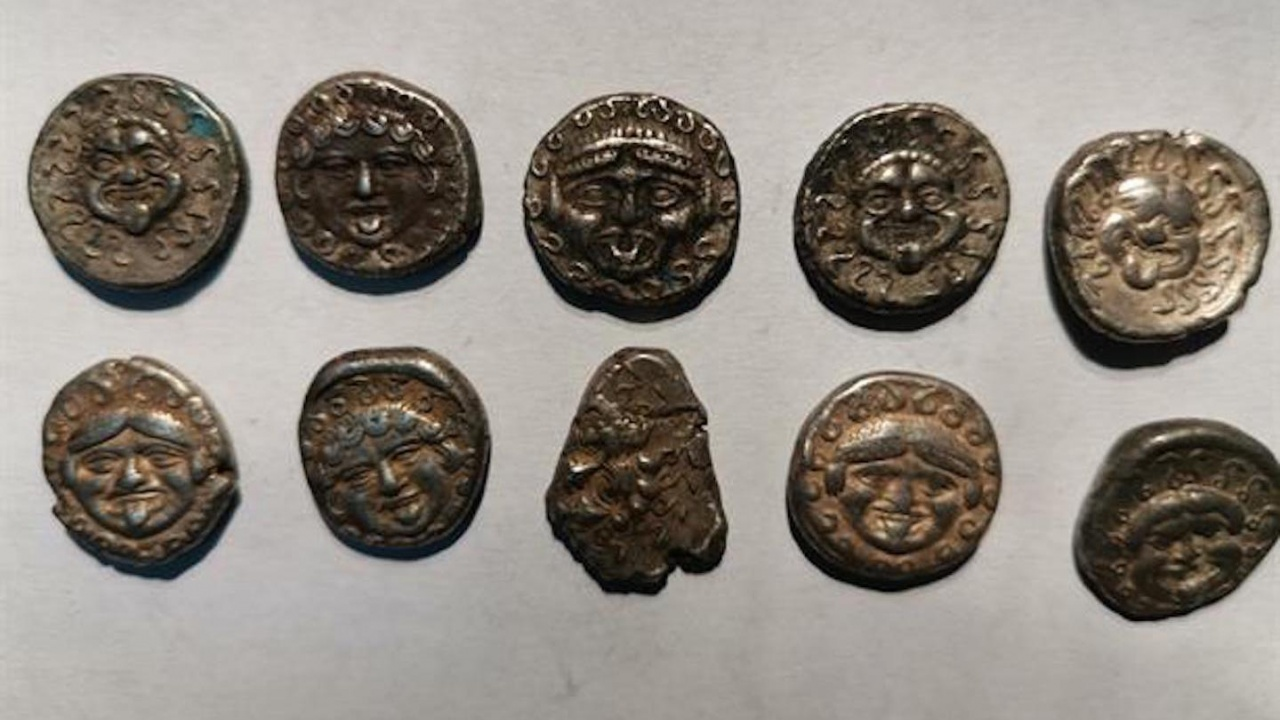 Криминалисти откриха 17 антични монети край Дряново, двама са задържани