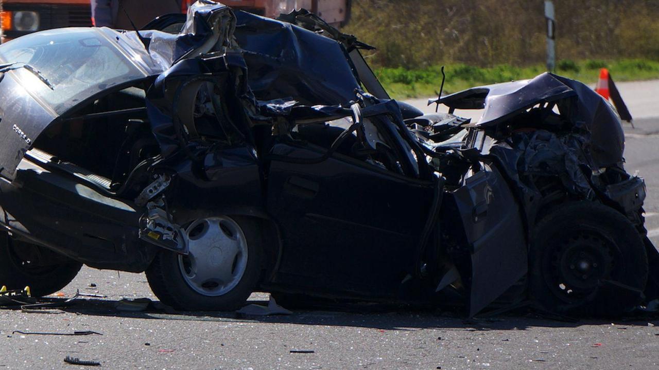 Шофьорка се удари в багер на околовръстния път на Добрич