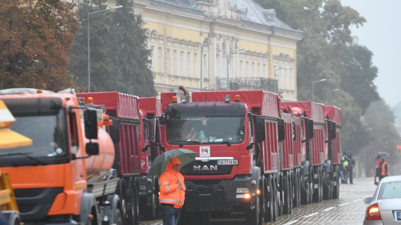 София осъмна с тежкотоварни машини, Комитова опитва да тушира напрежението