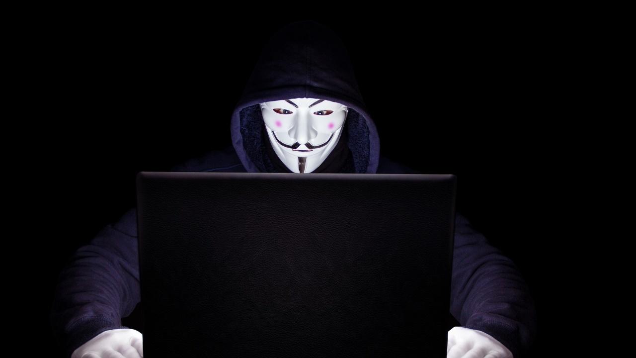 Анонимните пак предупредиха Комитова: Атаките продължават!