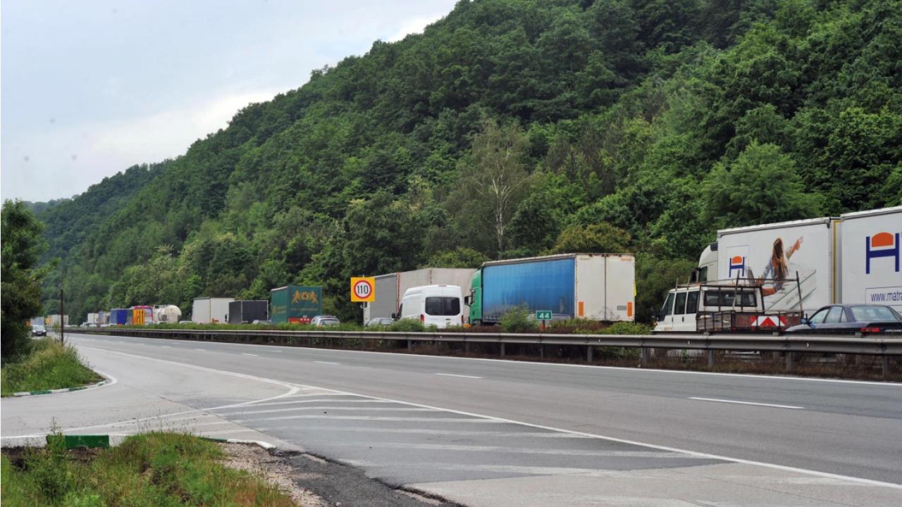 """Шофьорите да карат внимателно между 337-ми и 350-ти км на АМ """"Хемус"""""""