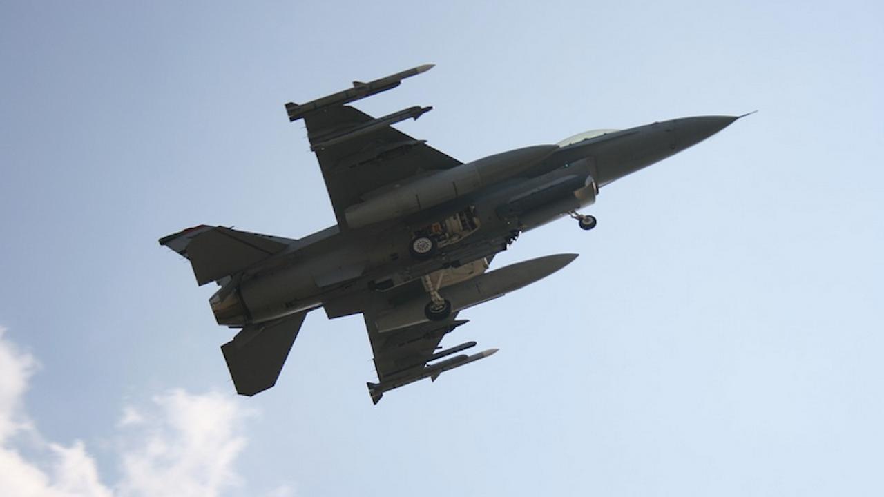 Български пилот извърши първия самостоятелен полет с F-16