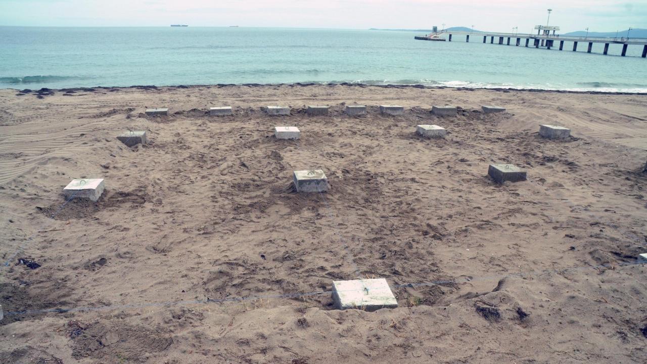 Граждани в Бургас сигнализират за поставени бетонни постаменти на северния плаж
