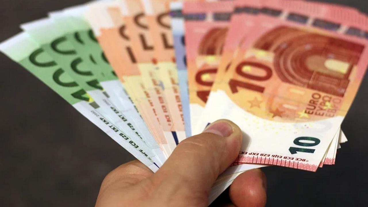 Българите зад граница пращат по-малко пари у нас