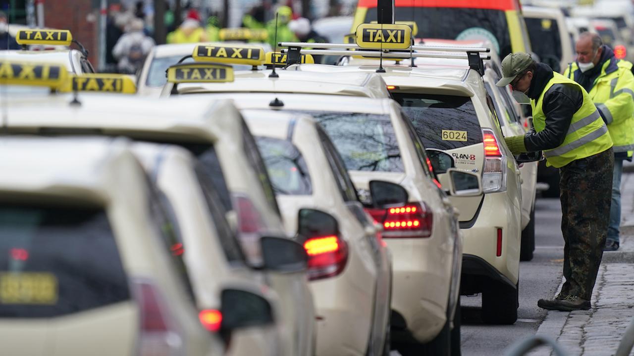 Акция срещу незаконните таксиметрови превози в София